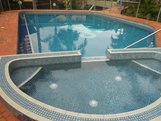 Aristocrat Apartments Gold Coast : Outdoor pool and spa