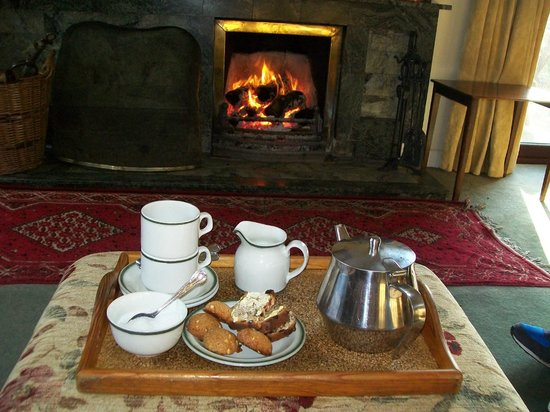 Riverfield Farmhouse: Tea in the sitting room before the fire