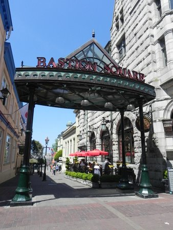 Landsea Tours and Adventures: Bastion Square. Entrada pela Government Street.
