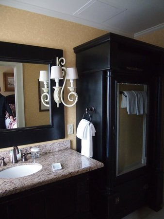 The Vendue Charleston's Art Hotel: Room 215 bathroom