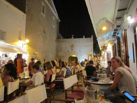 Bar La Carbonera: Vistas a la muralla del casco histórico desde el Bar