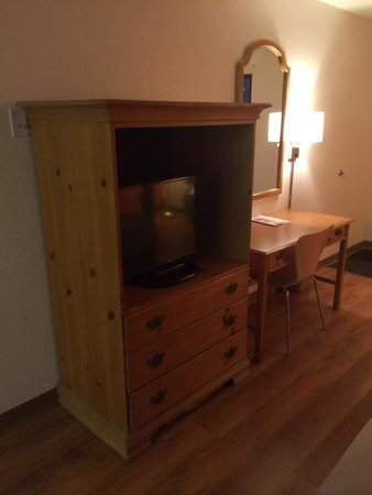 Motel 6 Frederick - Fort Detrick: Old unit with flat screen inside