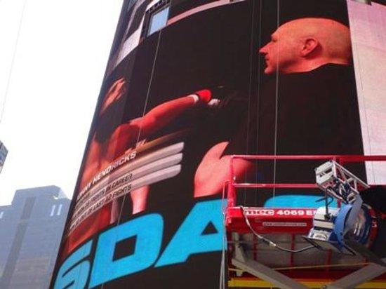 Times Square Visitors Center : Imagem do game sendo transmitida
