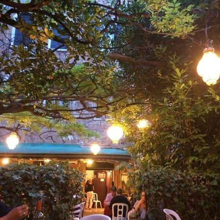 Al Nono Risorto: Mesas en el jardín