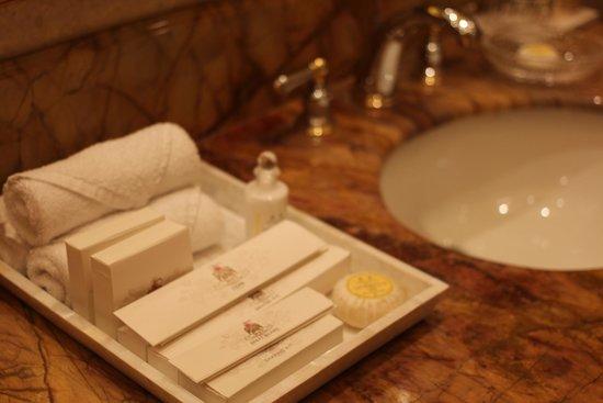 The Leela Palace New Delhi: Bathroom details