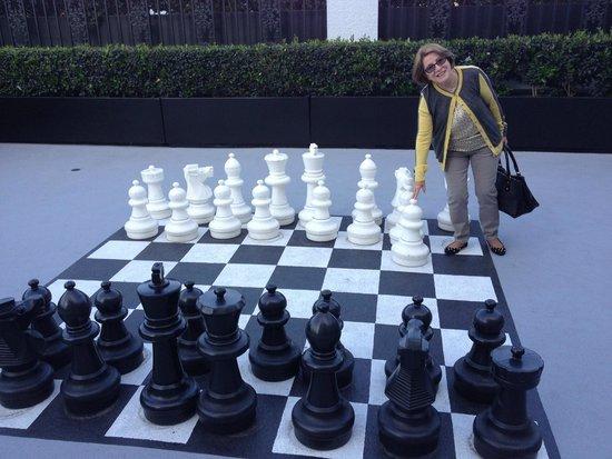 The London West Hollywood : Área recreativa com tabuleiro de xadrez.