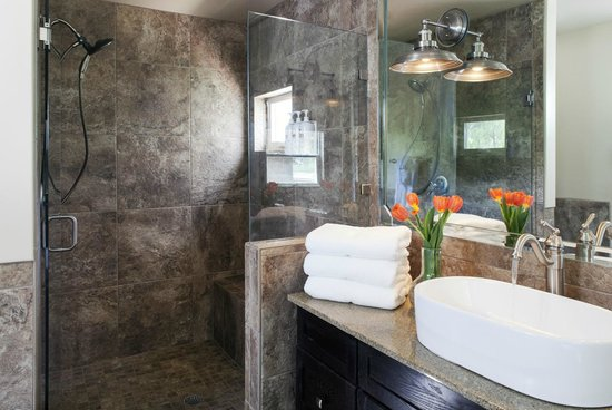 Antlers on the Creek Bed & Breakfast : Over-sized shower in Bear Creek,