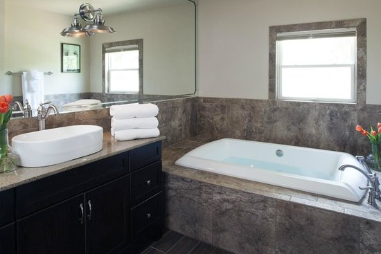 Antlers on the Creek Bed & Breakfast : Bear Creek Bathroom
