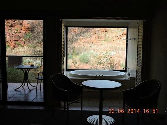 Kings Canyon, Australie : View from inside of room looking outside