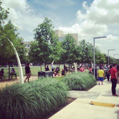 Klyde Warren Park- Food Trucks and fun ☀️