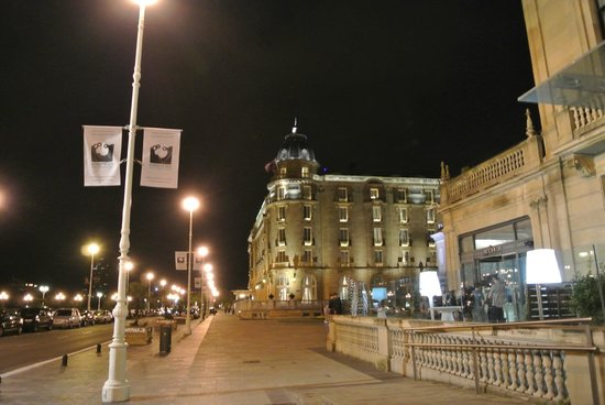 Hotel Maria Cristina, a Luxury Collection Hotel, San Sebastian: Exterior at night