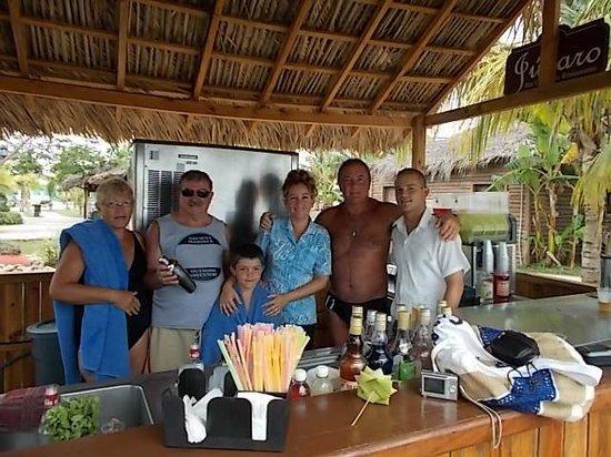 Hotel Playa Coco : Con los chicos del bar de la playa