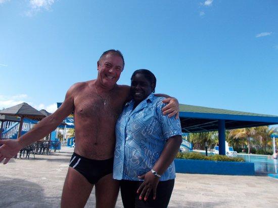 Hotel Playa Coco : Con la camarera de la pileta