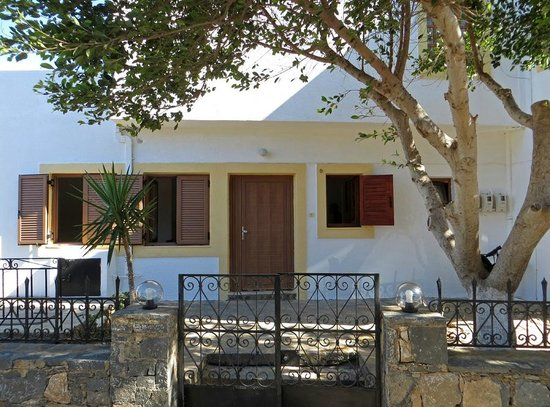 Athina Villas: Entrance to ground floor apartment