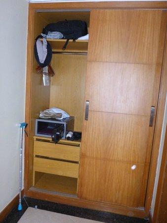 Hotel Marina Palace Rio Leblon : Closet w/safe