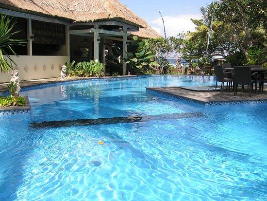 Bayshore Villas Candi Dasa: Main pool near restaurant