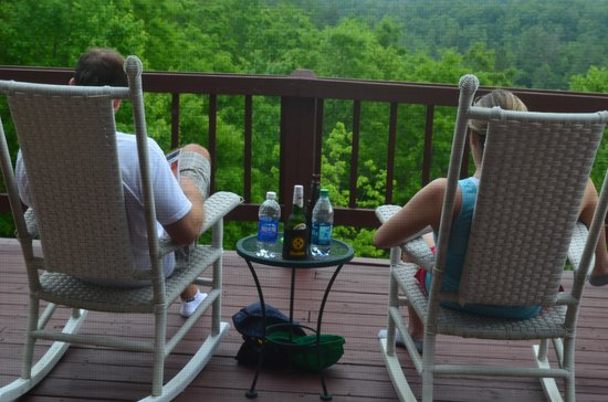 Iron Mountain Inn B&B: Holding hands and rockin' together