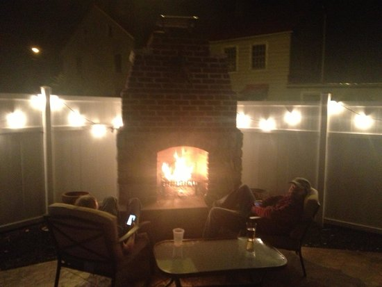 River Street Cafe: Nice night for a fire