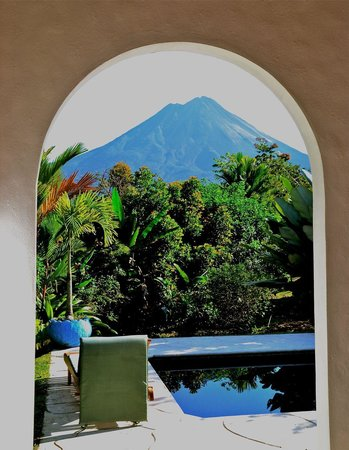 Hotel Mountain Paradise: Room with private pool, view of Arenal framed by patio archway.