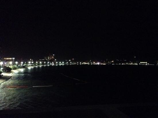 Dusit Thani Pattaya: view at night