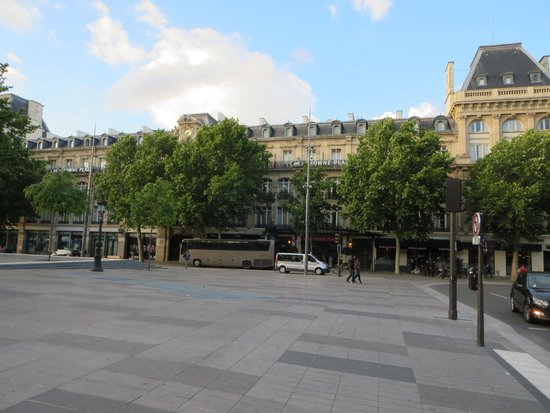 Crowne Plaza Paris Republique : view from plaza