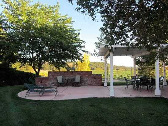 Healdsburg Country Gardens: Farmhouse terrace with bbq, dining and close up vineyard views
