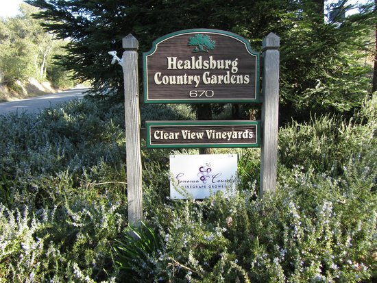 Healdsburg Country Gardens~a wine country estate with 3 guest houses 3 minutes from the Plaza.