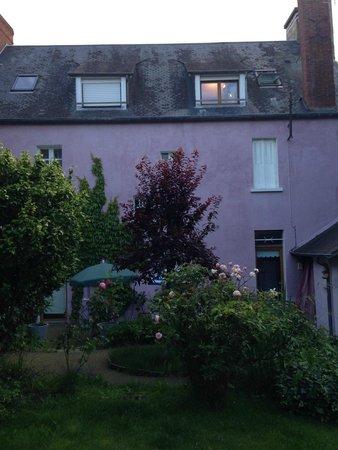Villa Mons: Backyard garden