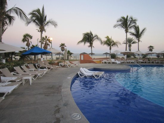 Holiday Inn Resort Los Cabos All-Inclusive: pool 4 ft deep and warm and clean