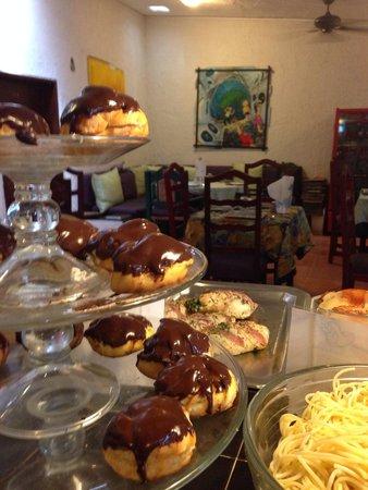 La Cucina Italiana: Profiteroles rellenos de crema pastelera cubiertos de chocolate, esquisitos!!!