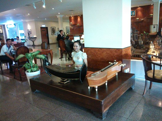 Hotel Cambodiana: Local music was played in the lobby