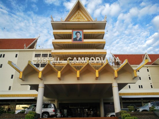 Hotel Cambodiana: Front view
