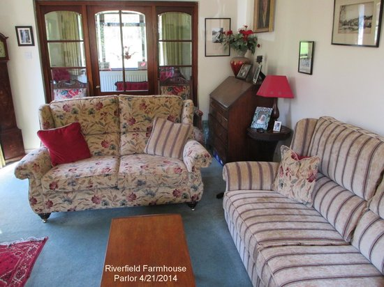 Riverfield Farmhouse: A comfortable sitting room for great conversations