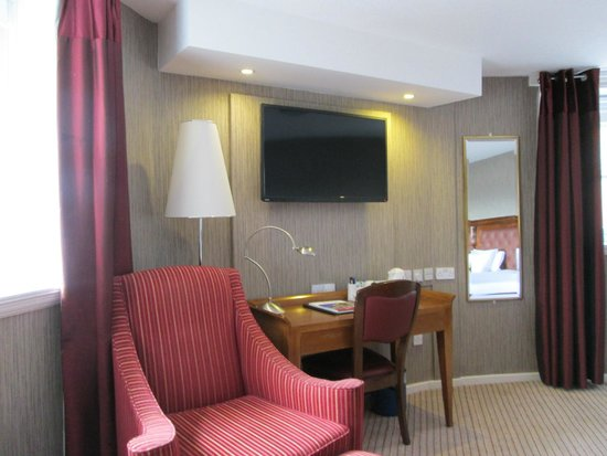 Sir Thomas Hotel : Sitting Area and Desk
