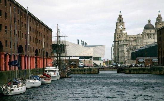 Albert Dock : Long view