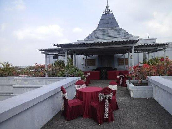 Hyatt Regency Yogyakarta : パノラマテラス(宴会準備中)