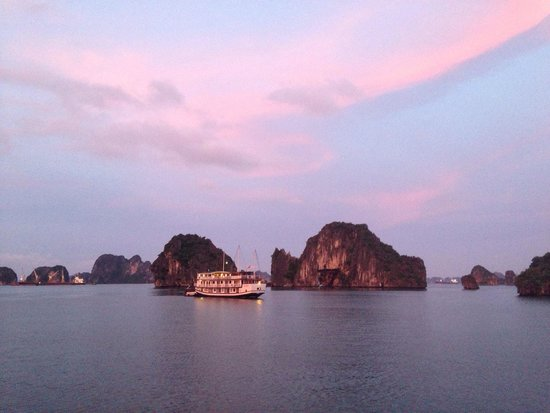 Vega Travel: Ha Long Bay sunrise.