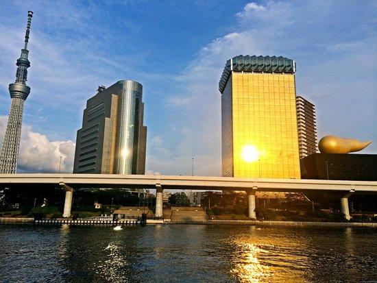 Prefectura de Tokio, Japón: 隅田川は黄金色に染められ