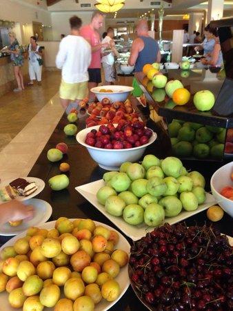 Akka Alinda Hotel : С четырех стола столько же фруктов!