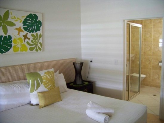 Moana Sands Beachfront Hotel & Villas: first bedroom and ensuite