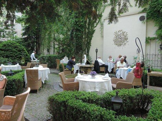 Polska Rozana: Garden of Rozana Restaurant, Warsaw