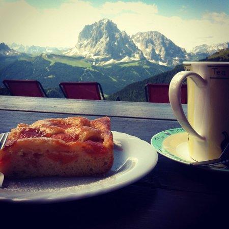 Rifugio Troier: La golosissima torta alle albicocche fatta in casa, accompagnata da un caldo te nero. L'ideale p