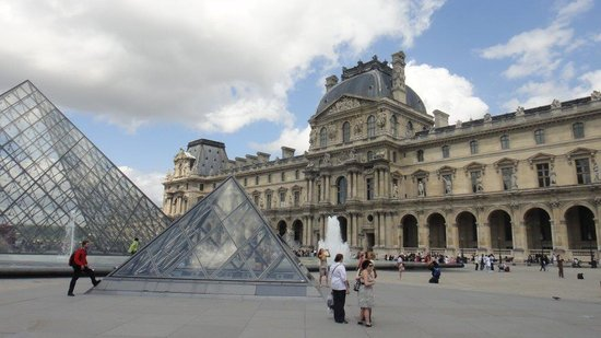 Musee du Louvre: Le Louvre Outside View