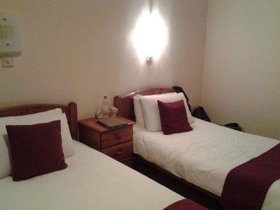 Cumberland House Gatwick: twin room