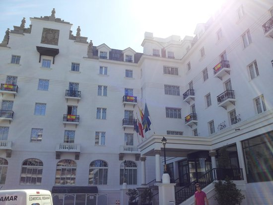 Eurostars Hotel Real: Fachada del hotel el día que España jugo contra Chile