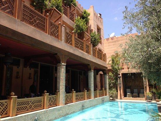La Maison Arabe: Piscine et restaurant du Riad Hotel