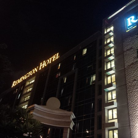 Holiday Inn Express Manila Newport City: Remmington Hotel facade