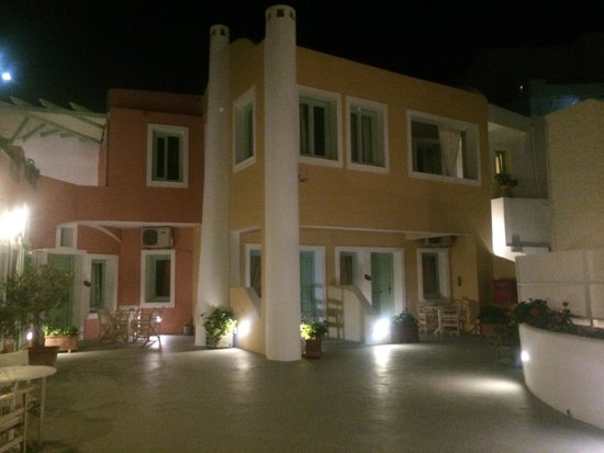 Ira Hotel & Spa: hotel at night
