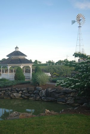 Bird-In-Hand Family Inn : Gazebo by pond