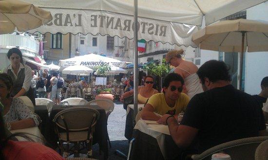 L'Abside: la piazzetta ed i tavoli all'aperto